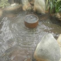 石臼から湧き出る炭酸泉