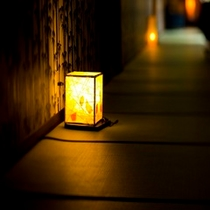 館内をやさしく照らす和ロウソクの灯り