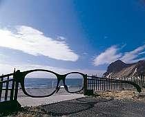 「メガネの門」越しに見る海