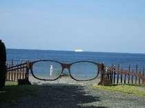 「メガネの門」越しの海