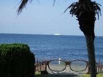 「メガネの門」越しの海を行く船