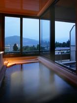 【翠葉亭】お二人で入っても十分な広さのビューバス。蔵王連峰を眺めながら源泉100%の温泉を独り占め。