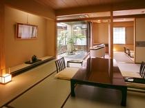 【四季亭】お部屋からの眺望が望めない分、坪庭を配したシンプルな和室。カジュアルな滞在にお薦めです。