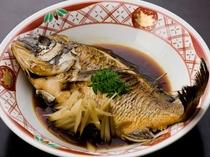 季節の煮魚(一例)季節により写真と異なる事がございます。