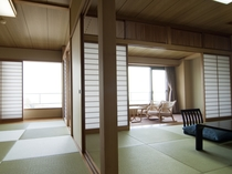 心からおくつろぎいただける和室。お部屋からは碧い三河の海が広がっています