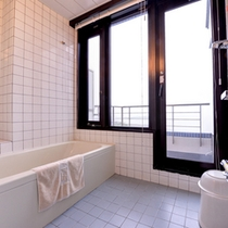 【9F和洋室バスルーム一例】バルコニーの先に広がる三河湾の絶景を眺めながらごゆっくりご入浴頂けます。