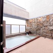 【展望半露天風呂】三河湾を見渡す眺望が最高の贅沢♪体の芯から温まるラジウム風呂で癒しのひと時を。