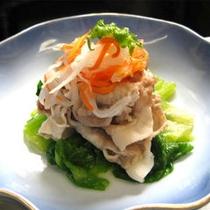 【夕食】地元産の肉と野菜、同じ水で育った食材は相性抜群。魚沼産コシヒカリとの競演をお楽しみください。