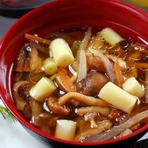 【夕食】若竹ときのこ、シャキシャキとした歯触りと柔らかな食感のハーモニーが楽しめます。