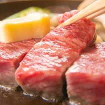 【こだわりの肉】脂の質にこだわった「にいがた和牛」の焼きたてを味わう。口中に広がる甘みは圧巻です。