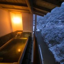 【半露天風呂】音の全くしない雪景色と冬の張りつめた空気、そして芯から温まる源泉かけ流しのお風呂。