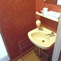 *【洗面所】各お部屋のほかに、外には共同の洗面所もございます。