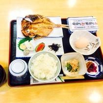 *【朝食(一例)】地物のアジの開きなど焼き魚をメインに、和食を中心とした献立です。