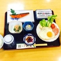 *【朝食(一例)】焼き魚をメインに、和食を中心とした献立です。