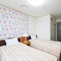 *【洋室/ツインルーム】枕元には証明のほか、コンセントもしっかり備わっています。