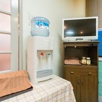*【食堂】備え付けのウォーターサーバーです。ノドが乾いたら、ご自由にお飲みください♪