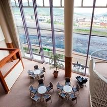 2階から見下ろした湯上りラウンジ。開放的な大きな窓からは無加川を眺めることができます