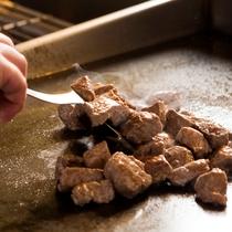 【和洋70品バイキング】焼きたてのお肉をご飯にのせて、ステーキ丼にするのもおすすめ。