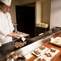 【和洋70品バイキング】オープンキッチンでは焼きたてのサイコロステーキをご提供いたします。
