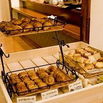 朝食バイキングでは焼き立てパンをお召し上がりいただけます。