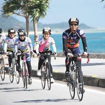 青い海を横目に、ロードバイクdeサイクリング