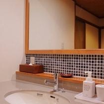 【信濃モダン・都季の蔵・畳座】お手洗いと洗面は別々です。