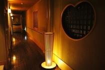 淡い光りで照らされた廊下