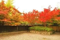 秋のホテル外観
