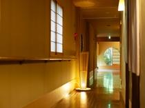 杉灯に淡く照らされる、廊下