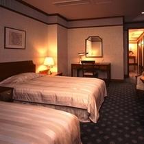 32階ロイヤルスイートルーム「ホワイト・ブリーズ」ベッドルーム