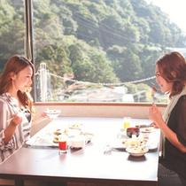 【朝食はレストランで】御在所岳の山麓を眺めながら朝食をお召し上がりいただけます