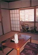 落ち着きのある和室で寛ぐ