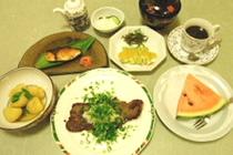 夕食例4:和ステーキ・新ジャガイモ吉野煮・ブリ照焼・ウド酢味噌・デザート等