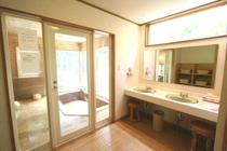 風呂・脱衣室:明るく広い脱衣室