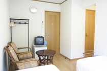 洋室・ツイン2:洋室ツイン1と同じ部屋。床はフローリング仕様。