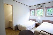 洋室・ツイン1:エアコン・TV・冷蔵庫・洗面所・トイレ(温水洗浄便座付)完備