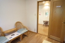 喫煙室・室内2:入口の透明シートと換気扇の排気で、客室空間側に煙は漏れません。