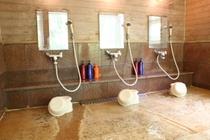 温泉浴室・洗い場:源泉掛け流しだからスケール(温泉成分)が固着。