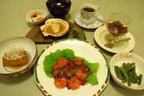 夕食例2:エビチリ・厚揚げはさみ煮・活ホタテバター焼き・インゲン胡麻和え
