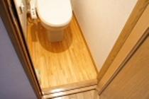 トイレ床:青森ヒバ材使用で床からのダニ・カビの発生を抑えます。