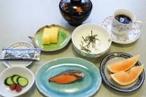 朝食例1:焼き魚・たまご焼き・ヤマイモワサビ・デザート等