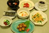 朝食例3:ホタテ佃煮・アブラ揚げカリカリ焼き・温泉たまご・デザート等