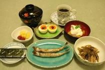 朝食例2:焼き魚・半熟卵・きのこ当座煮・デザート等