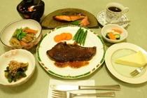 夕食例1:サーロインステーキ・筑前煮・鮭照焼・野菜揚げびたし・デザート等