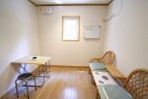 喫煙室・室内1:室内は4.5畳の広さ。外壁側の換気扇で排気しています。