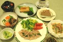 夕食例3:ゆで豚肉香味ソース・高野豆腐煮物・尾長マグロ煮付・おひたし・デザート等