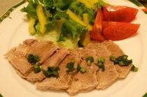 料理例3:ゆで豚肉の香味ソース・中華風の香味ソースでどうぞ。