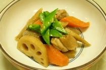 料理例9:筑前煮・煮物はすべて一番ダシで調理してあります。