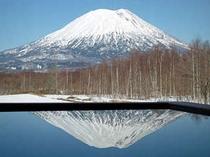 天空風呂〔宙〕SO-RAに映る春の羊蹄山