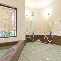 *男性風呂 シャワー台は3つございます
